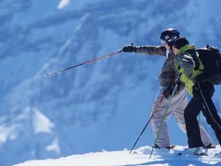 zwei Skifahrer geniessen die Aussicht